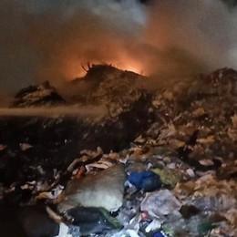 FOMBIO Allarme incendio nella notte, bruciano rifiuti - VIDEO