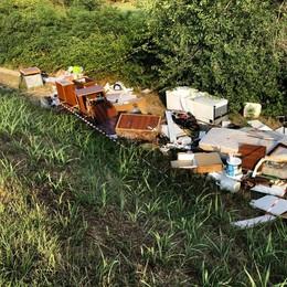 LODI Con i camion per scaricare rifiuti,  crescono le discariche lungo l'Adda