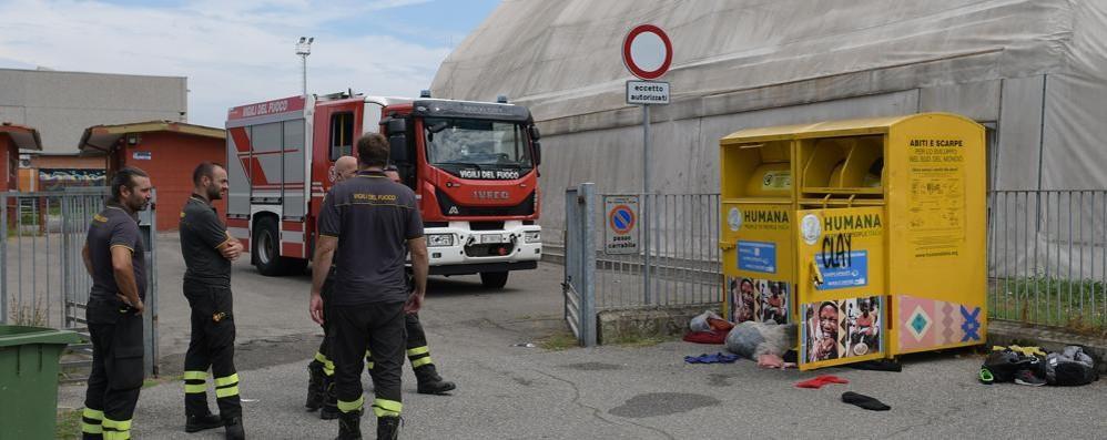 SAN ZENONE Cerca di rubare nel cassonetto degli abiti usati, 29enne rischia di soffocare