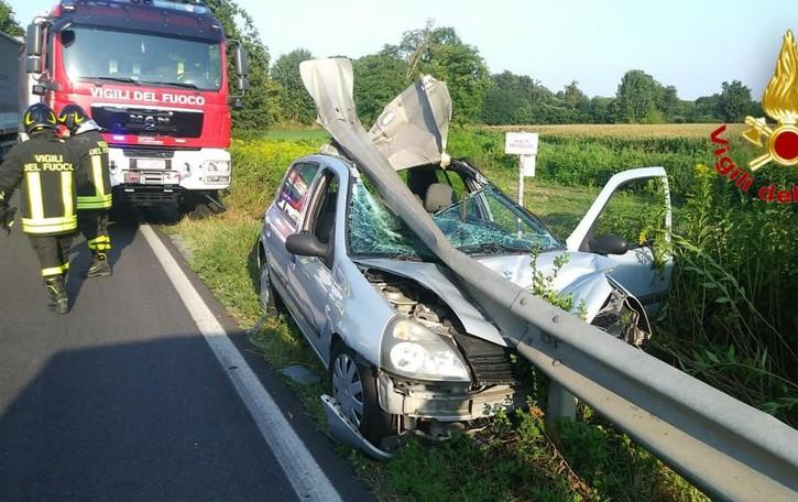 Somaglia, auto squarciata dal guardrail: sfiorata la tragedia
