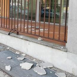 PAULLO Blocco di cemento cade davanti agli uffici delle Poste