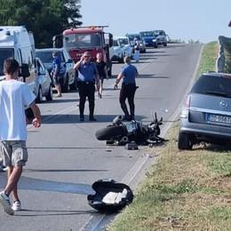 San Fiorano, 40enne in moto colpisce due auto e si schianta: è gravissimo VIDEO