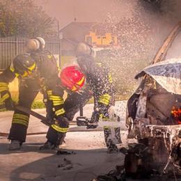 SANT'ANGELO Un furgone rubato dato alle fiamme davanti alla piazzola