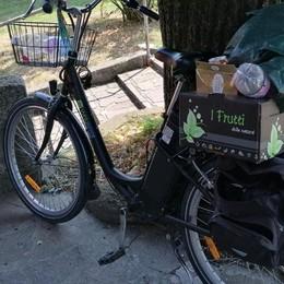 ZELO Il furgone è fuori uso: spazzino al lavoro in bicicletta