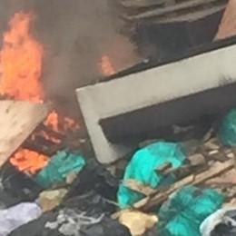 """Paullo """"terra dei fuochi"""": odore di plastica bruciata nell'aria"""