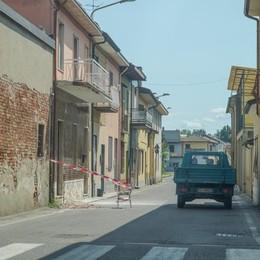 Il trattore viola il divieto e urta un balcone a Zorlesco