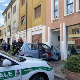SANT'ANGELO Perde il controllo dell'auto e sfonda una vetrina, paura in centro