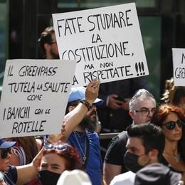 Si scatena la furia social dei No vax, massima allerta per le proteste nelle stazioni
