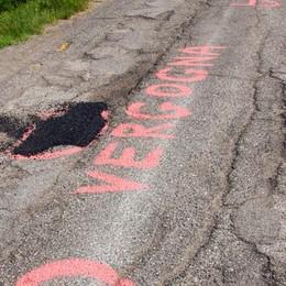 "Strada assediata dalle buche, spunta la scritta ""vergogna"""