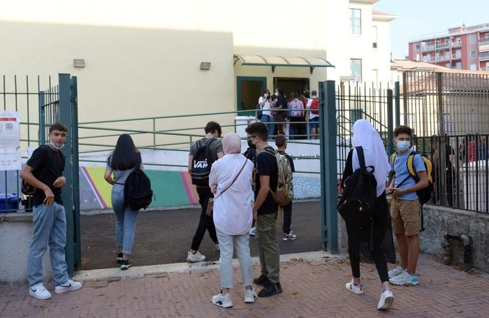 L'ingresso al linguistico di San Giuliano (Canali)