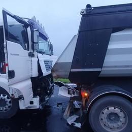 Dopo lo scontro fra due camion a Carpiano una mattina di caos per il traffico del Sudmilano