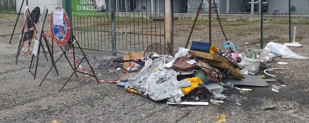 LODI All'ex Macello ancora degrado: nel parcheggio rifiuti, buche e persino un pollaio