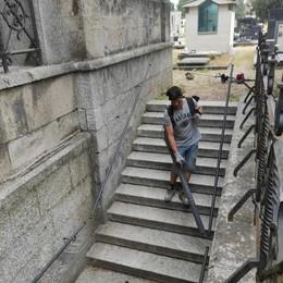 Lodi, ripulito finalmente il cimitero Maggiore dopo denunce, articoli e una raccolta firme