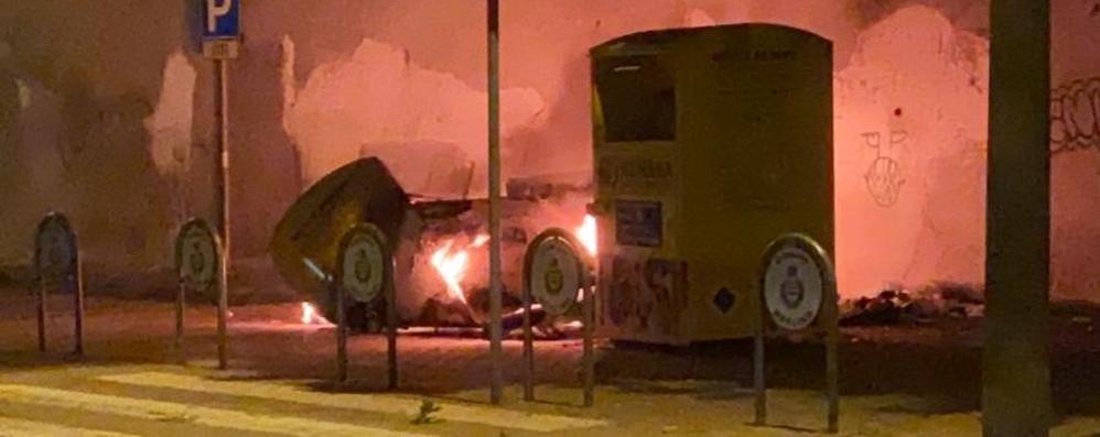 MERLINO Una fortissima esplosione e poi l'incendio nel cassone degli abiti usati