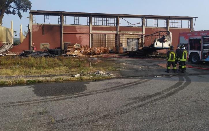 Rogo di bancali a San Fiorano, pompieri al lavoro per domare gli ultimi focolai