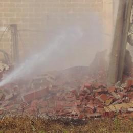 SAN FIORANO Iniziate le operazioni di abbattimento del capannone distrutto dal rogo - FOTOGALLERY