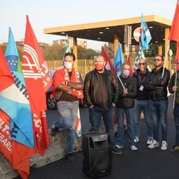 Una bandiera con la svastica e il simbolo Cgil negli uffici del terminal di San Donato. Guarda il video del presidio di protesta