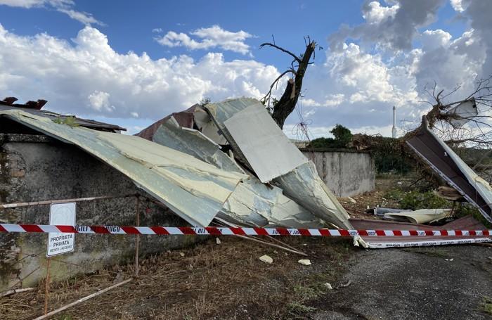 I danni della tromba d'aria nelle via Adda, Roma e presso la cascina Pacchioni.