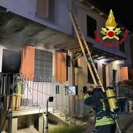 SALERANO Fiamme in casa, i vigili del fuoco soccorrono una donna e due cani