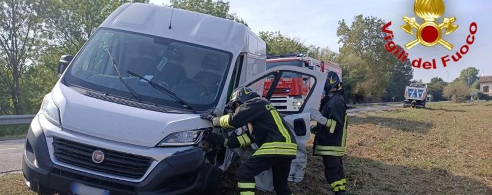 Schianto tra un furgone e un camion,  un uomo in ospedale