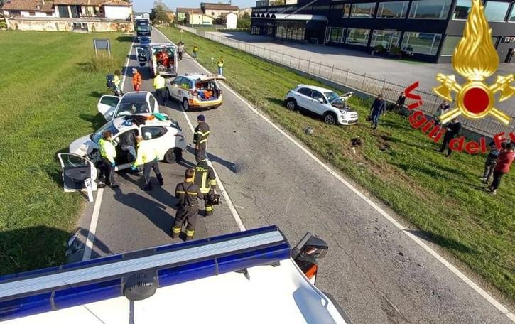 Scontro sulla 235 a Crespiatica, i pompieri liberano donna rimasta incastrata in auto