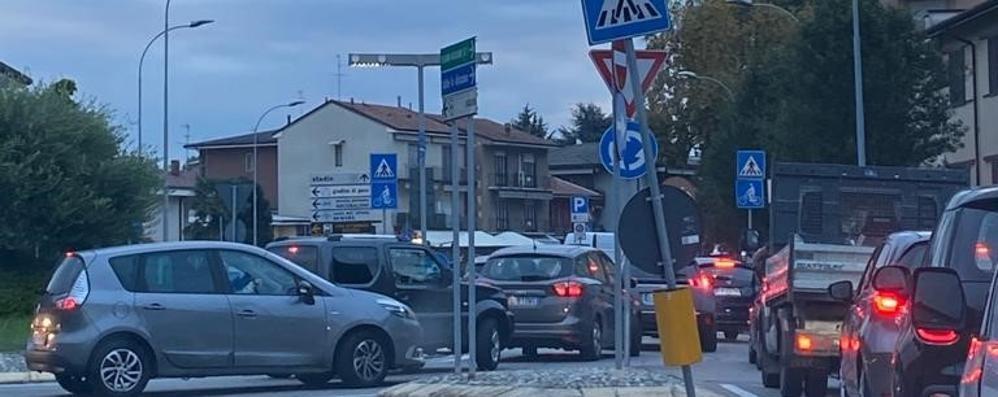 Traffico fuori controllo a Lodi, ogni mattina code e ingorghi da incubo
