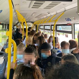 Lodi, ecco come funziona il distanziamento: tutti ammassati sul bus scolastico