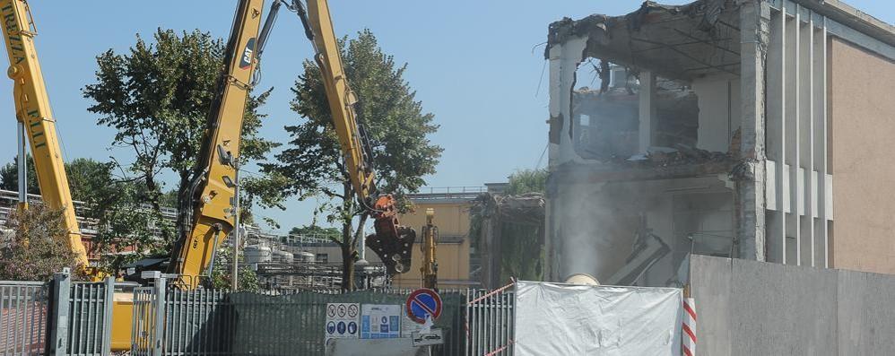 LODI Demolito l'edificio in viale Milano:  il colosso Ibsa fa le cose in grande