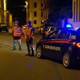 CODOGNO Dà fuoco a un'aiuola in piena notte, i carabinieri denunciano un 17enne