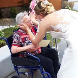 """Melegnano, dopo il """"sì"""" va ad abbracciare i nonni alla casa di riposo"""